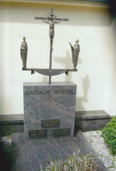 Evangelischer Friedhof Bad Hall: Grabstätte Familie Boindl mit Kreuzigungsgruppe von Josef Diethör, um 1976